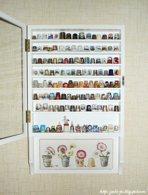 шкаф для наперстков, витрина для наперстков, полочка для наперстков, полка для наперстков, коллекция наперстков, наперстки, маргаритки в наперстках