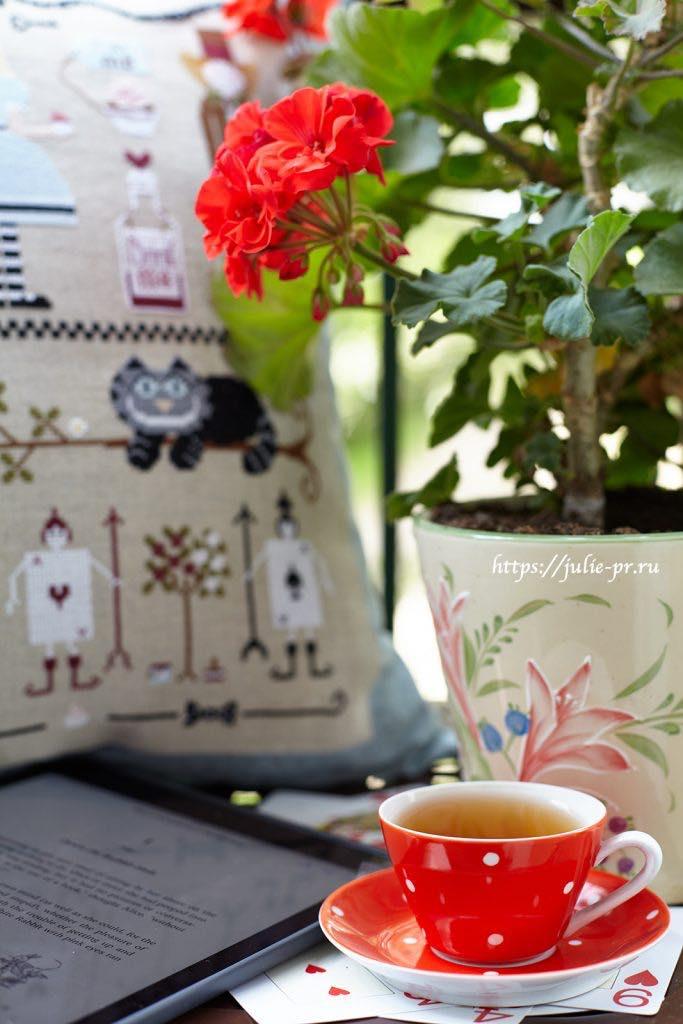 Подушка с вышивкой крестом по схеме Madame Chantilly - Alice nel Paese delle Meraviglie / Алиса в Стране Чудес