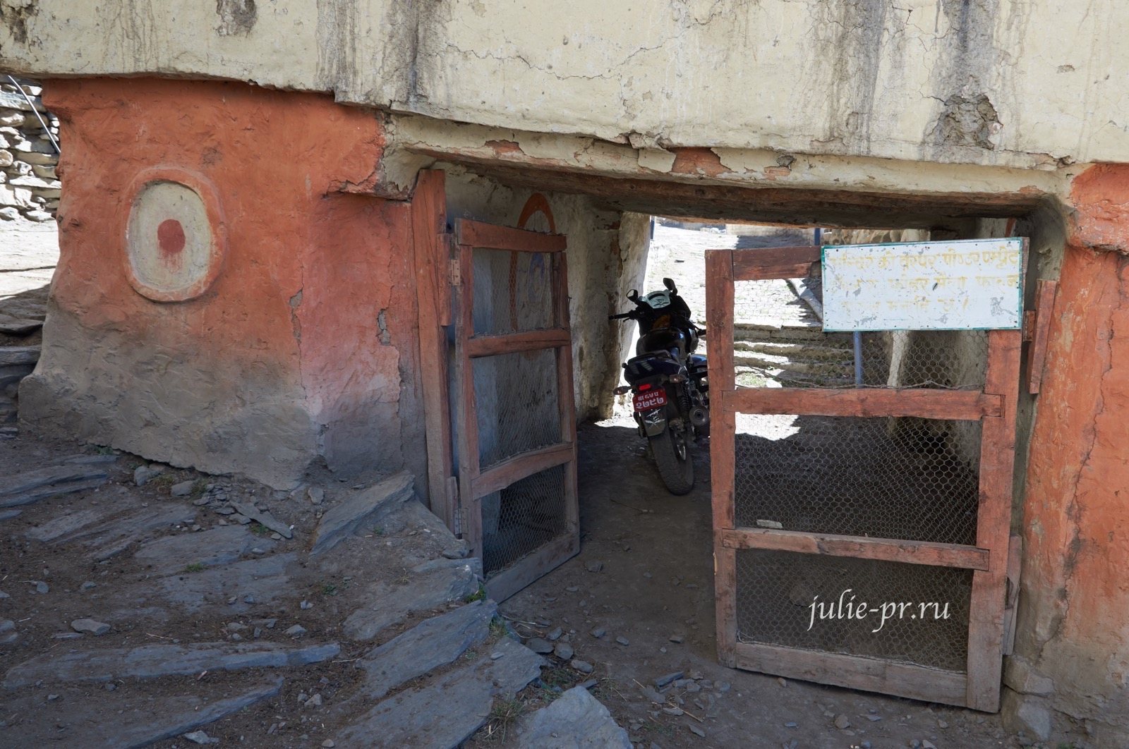 Непал, Трек вокруг Аннапурны, Джаркот, ступа и мотоцикл
