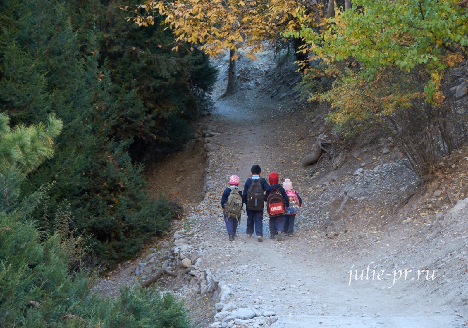 Непал, Трек вокруг Аннапурны, Дети идут в школу