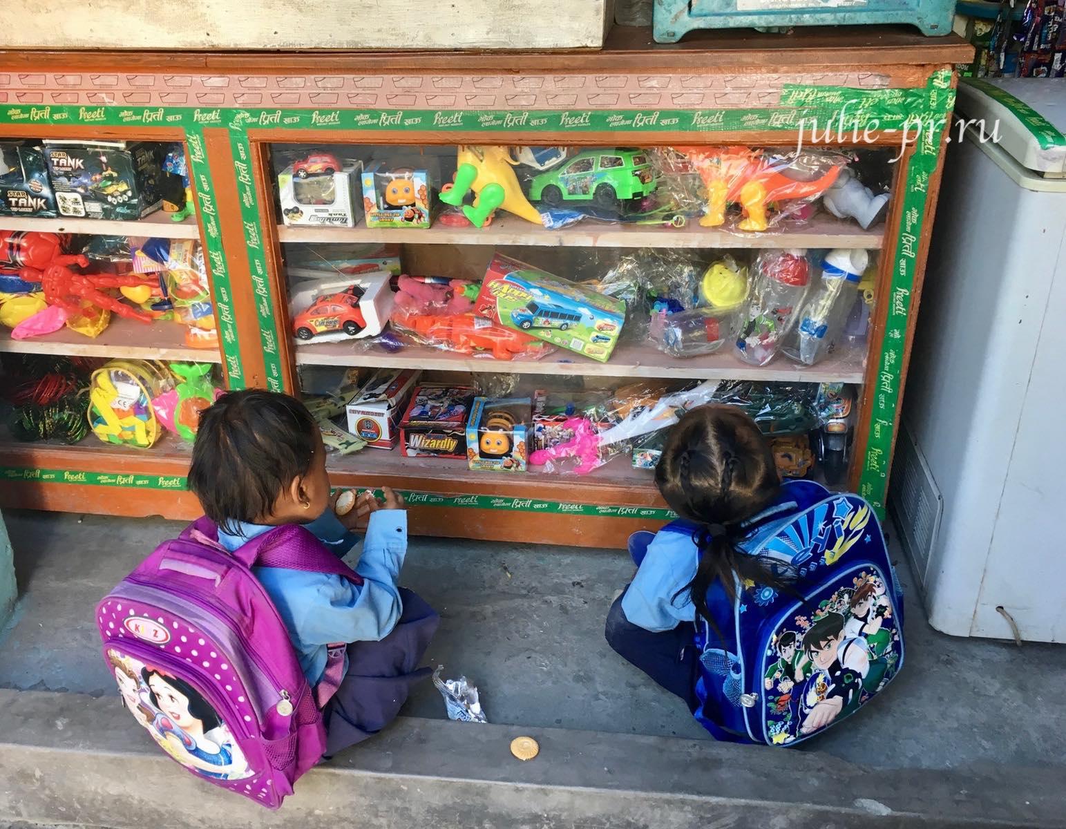 Непал, Трек вокруг Аннапурны, дети и игрушки