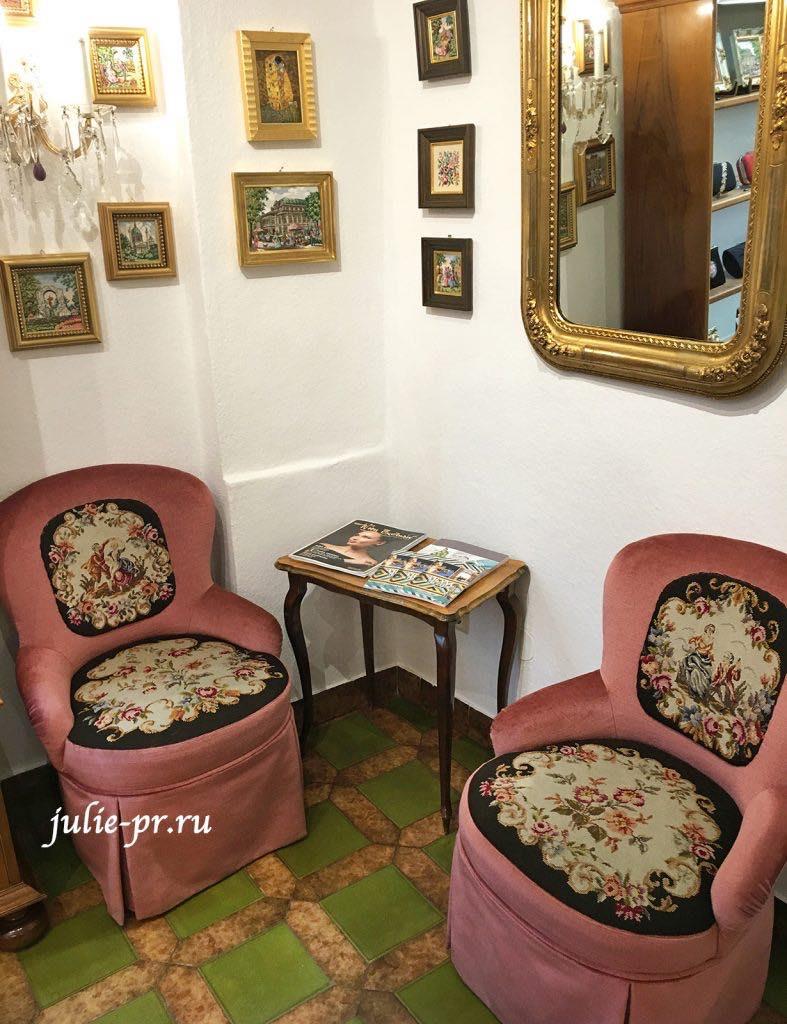 Вышитые кресла в магазине Petit point Maria Stranski, Вена, Австрия, вышивка петит поинт
