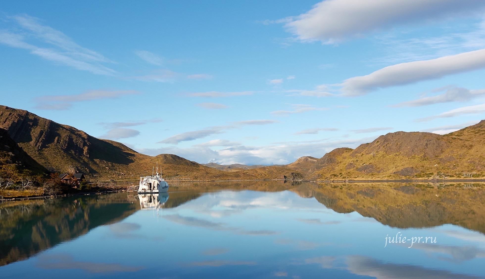 Чили, Патагония, Торрес-дель-Пайне, катер катамаран на озере Пеоэ