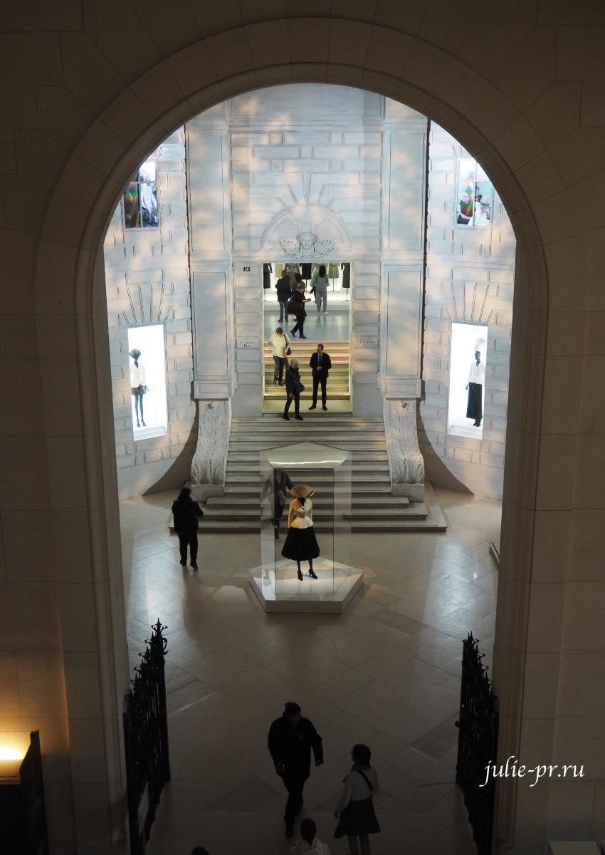 Ансамбль Bar - Christian Dior (весна-лето 1947), Выставка Christian Dior: Couturier du reve, Музей декоративного искусства, Париж
