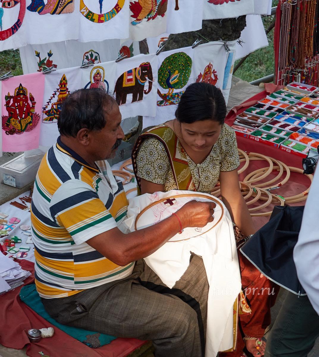 Непал, Катманду, Сваямбунатх, Вышивка