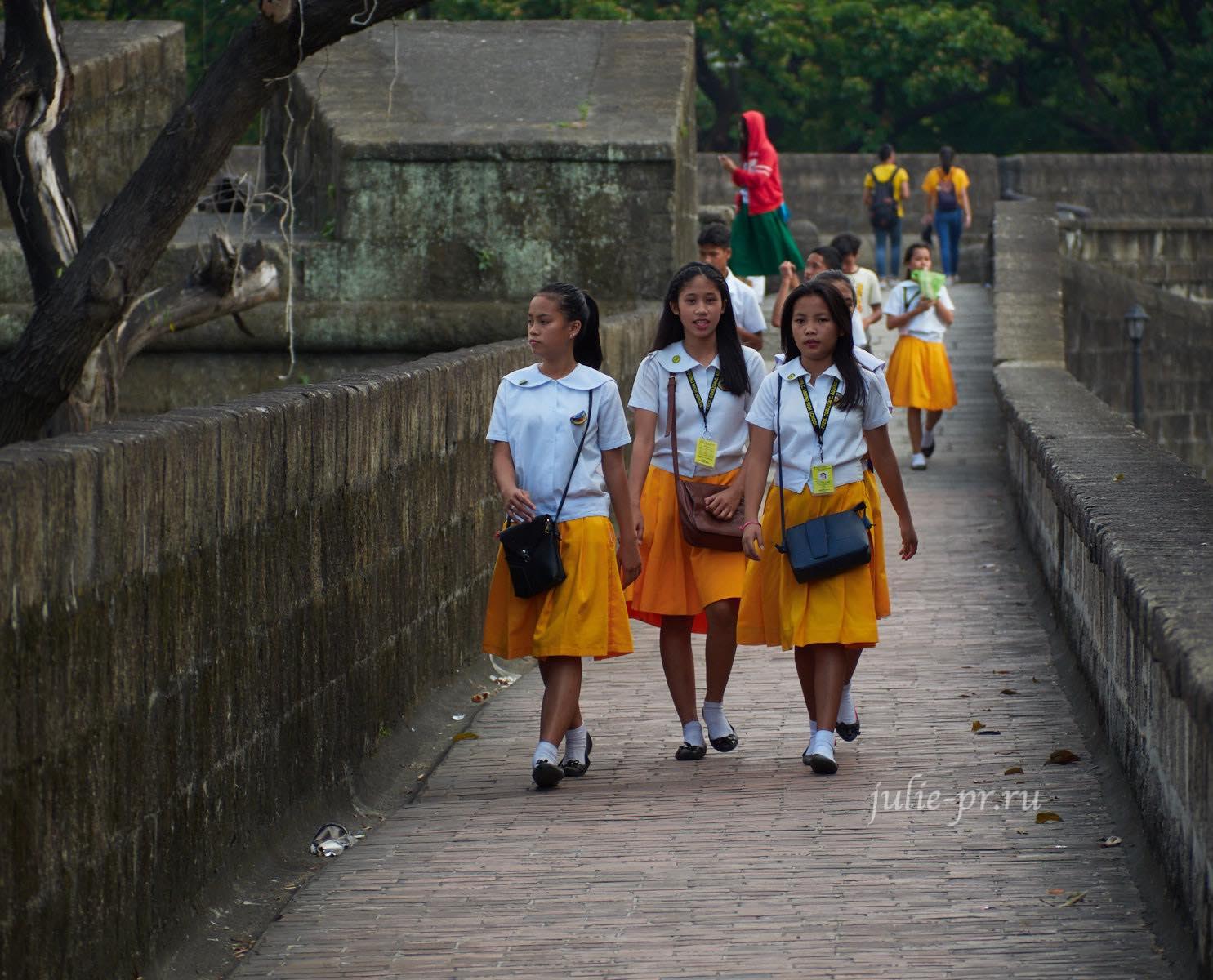 Филиппины, Манила, девушки-студентки