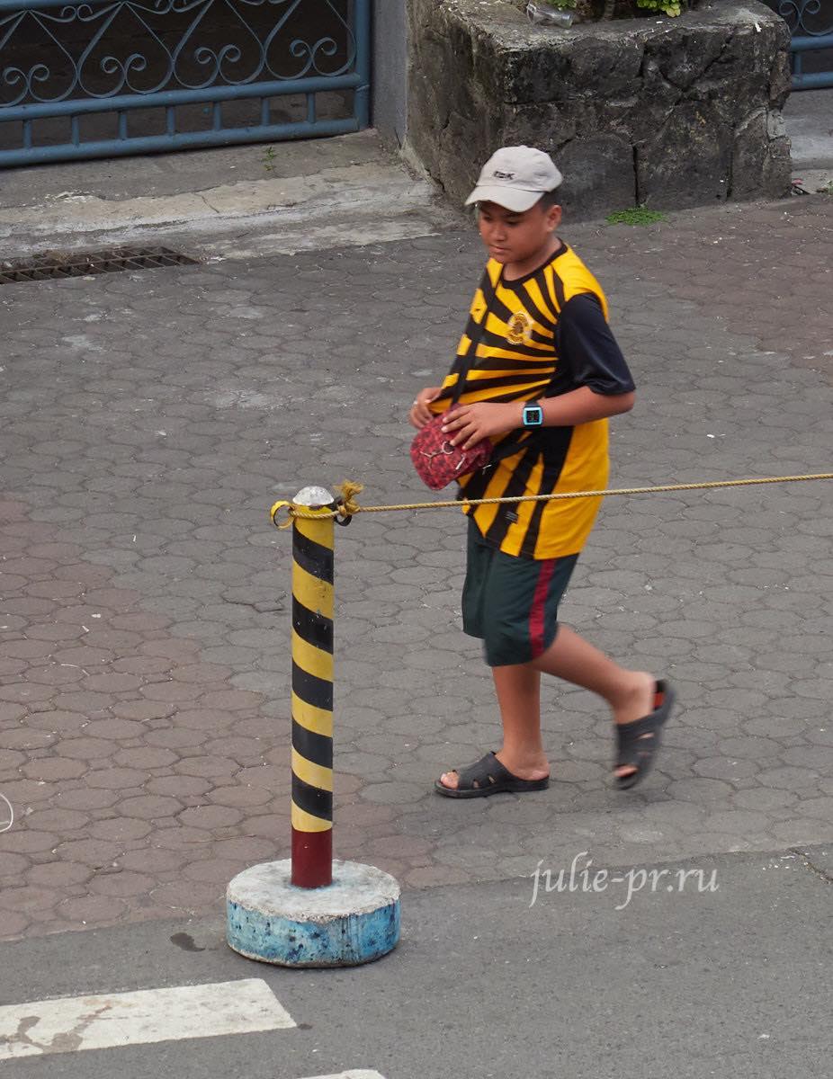 Филиппины, Манила, мужик в жёлтой футболке
