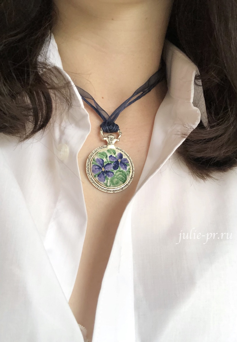 LB-Accessories (Life is beautiful), кулон Фиалки, вышивка крестом, кулон с вышивкой, petit point