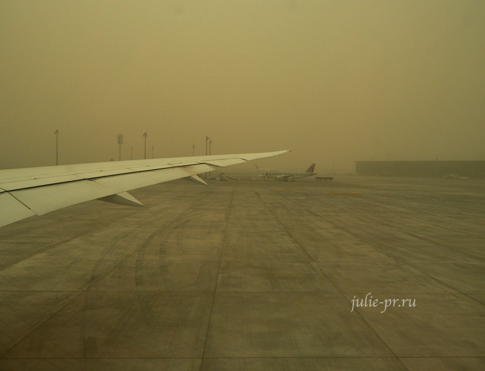 Катар, Доха, аэропорт, песок в воздухе