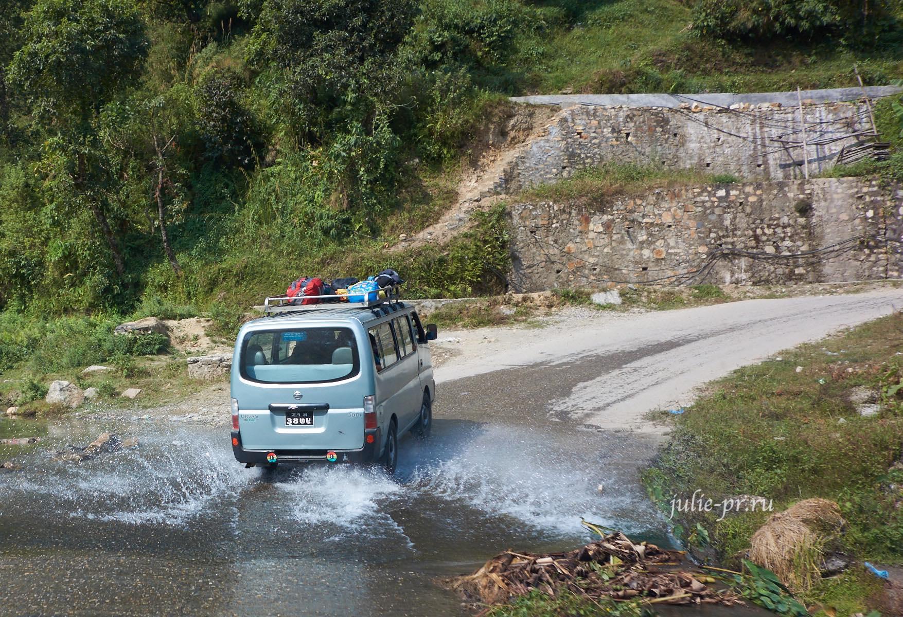 Непал, дорога, автомобиль проезжает ручей вброд