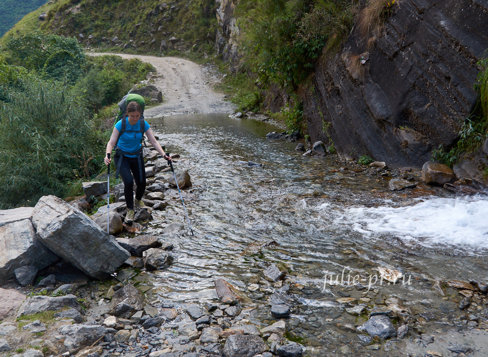 Непал, Трек вокруг Аннапурны, тропа через поток