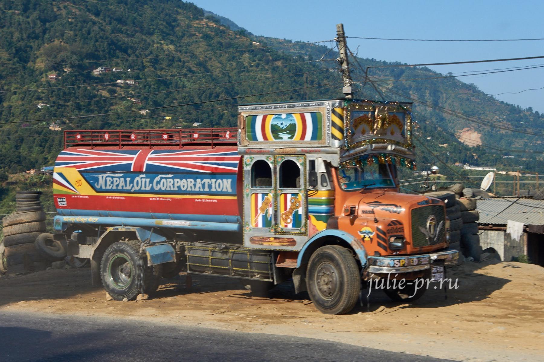 Непал, Грузовик, побрякушки