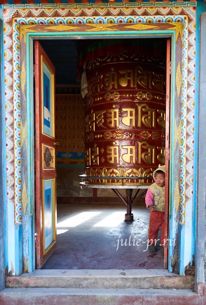 Непал, Трек вокруг Аннапурны, Деревня Чаме, Буддистский храм, Дети