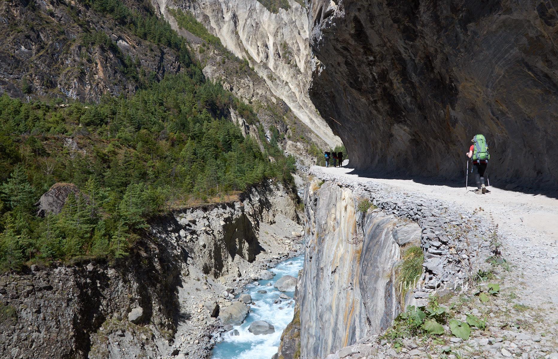 Непал, Трек вокруг Аннапурны, Тропа над обрывом