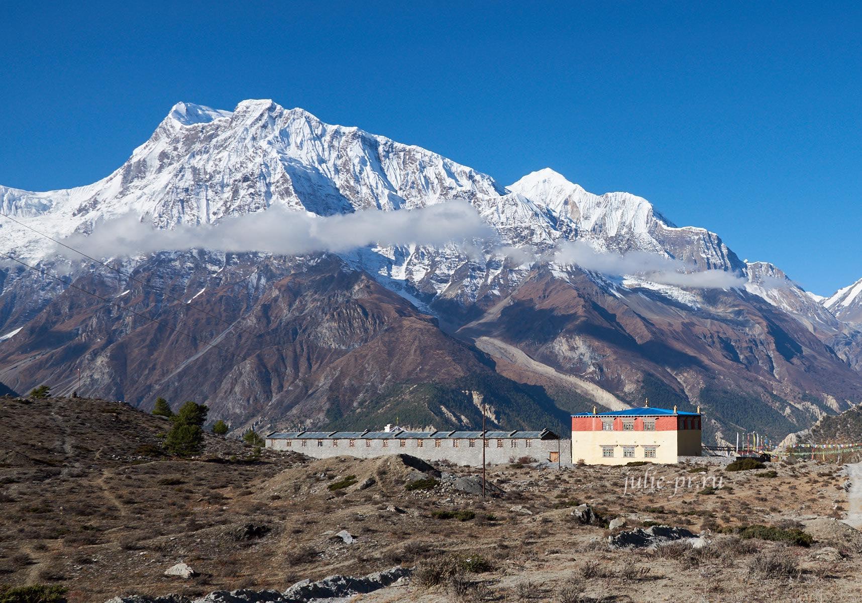 Непал, Трек вокруг Аннапурны, Аннапурна-III, Монастырь Lophelling