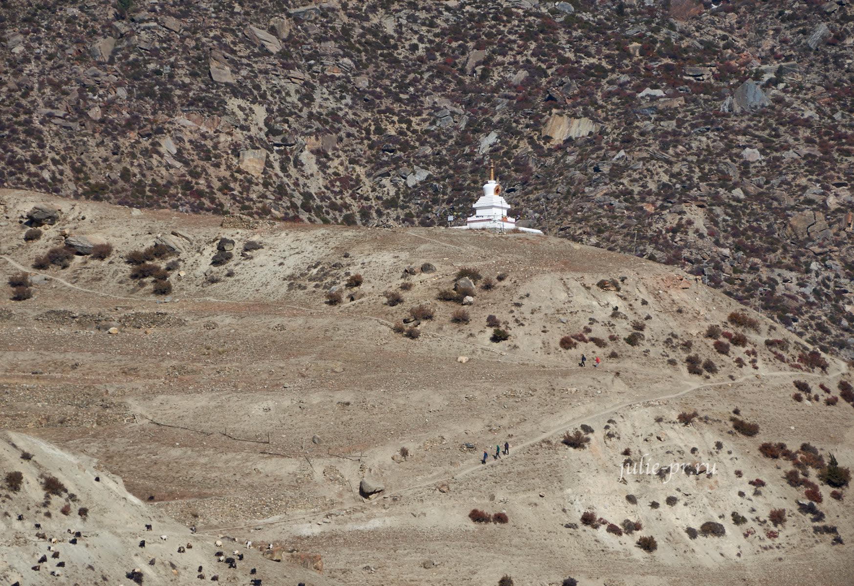 Непал, Трек вокруг Аннапурны, Ступа над Манангом