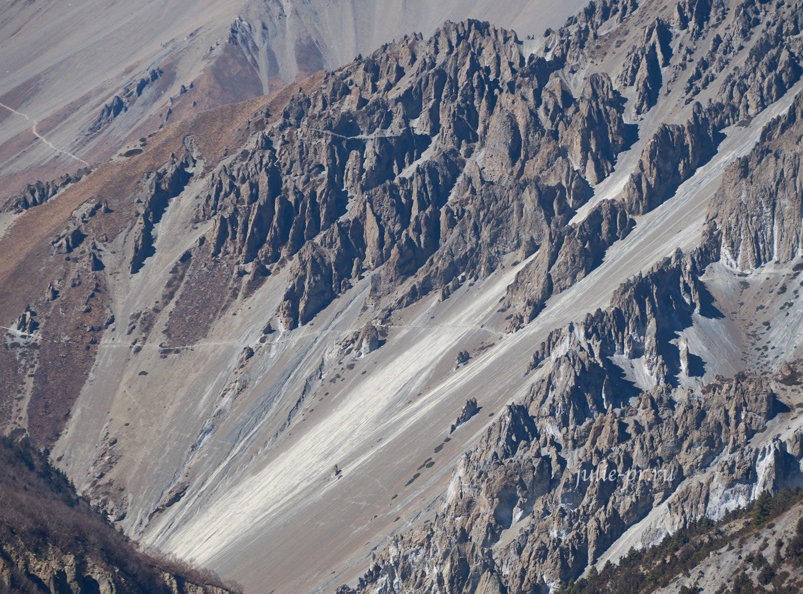 Непал. Тропа к Тиличо через осыпные склоны