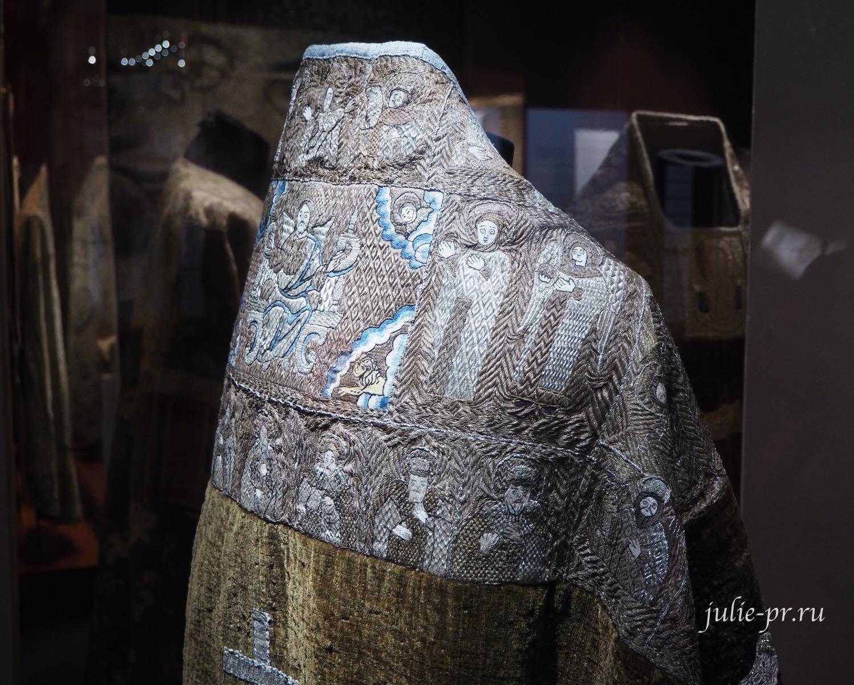 Фелонь (Московская губерния, вторая половина XVIII века): шёлковые, серебряные и мишурные нити, галун; ткачество, лицевое шитьё, аппликация
