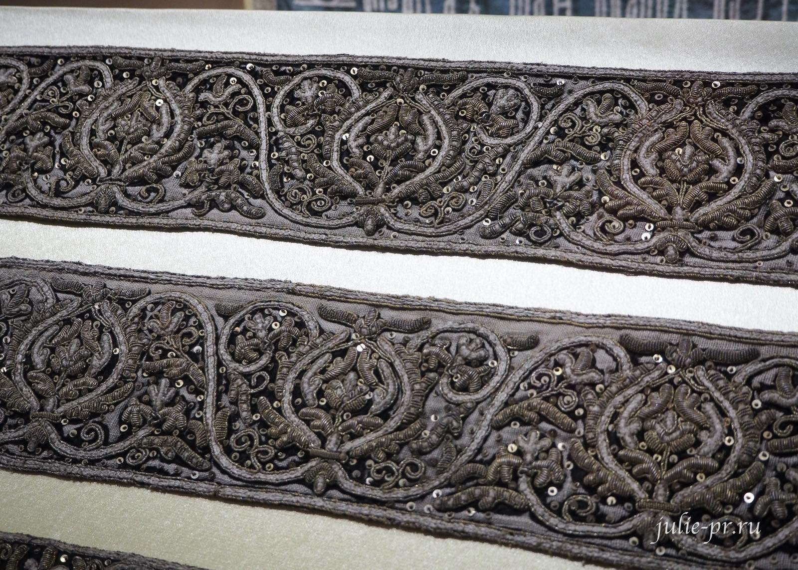 Вышивка с парадного облачения (Россия, вторая половина XVII века): х/б и золотные нити, канитель, блёстки; орнаментальная вышивка
