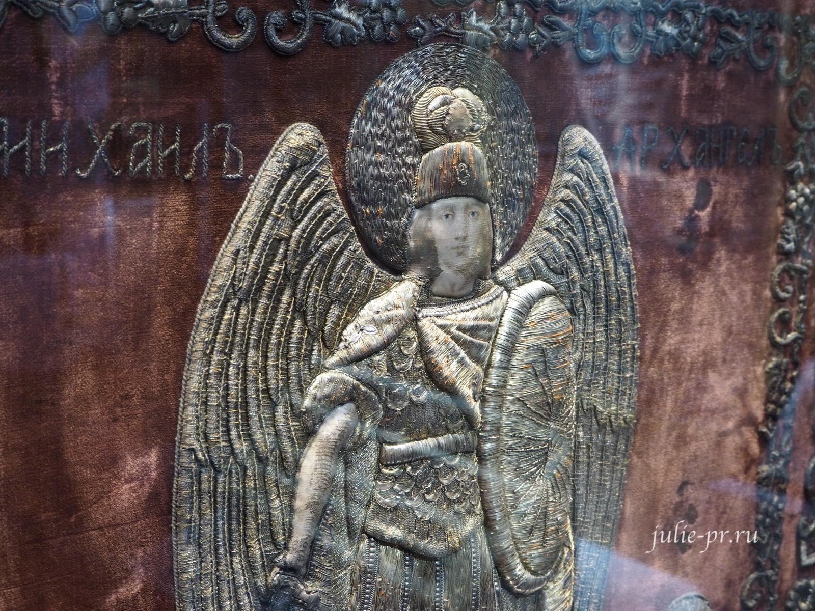 Хоругвь, на лицевой стороне которой вышит Архангел Михаил