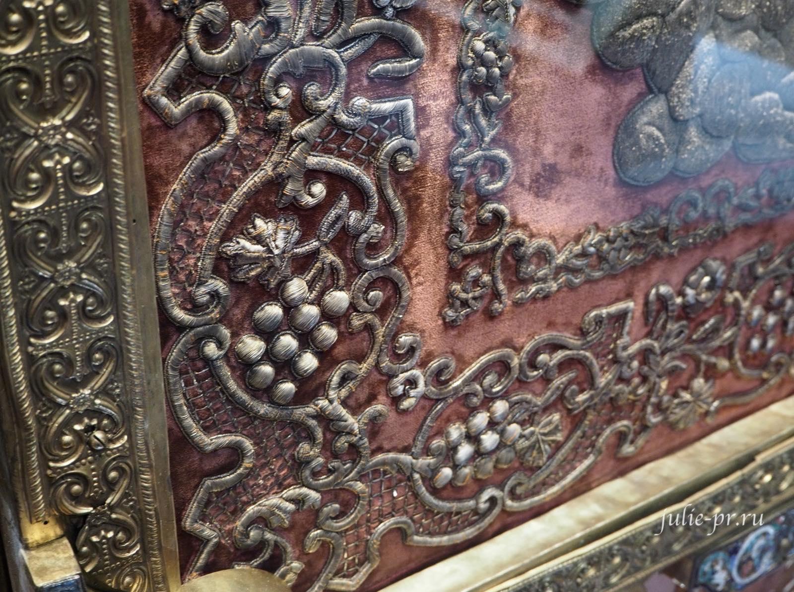 Хоругвь: объемная золотная вышивка имитирует металлический оклад