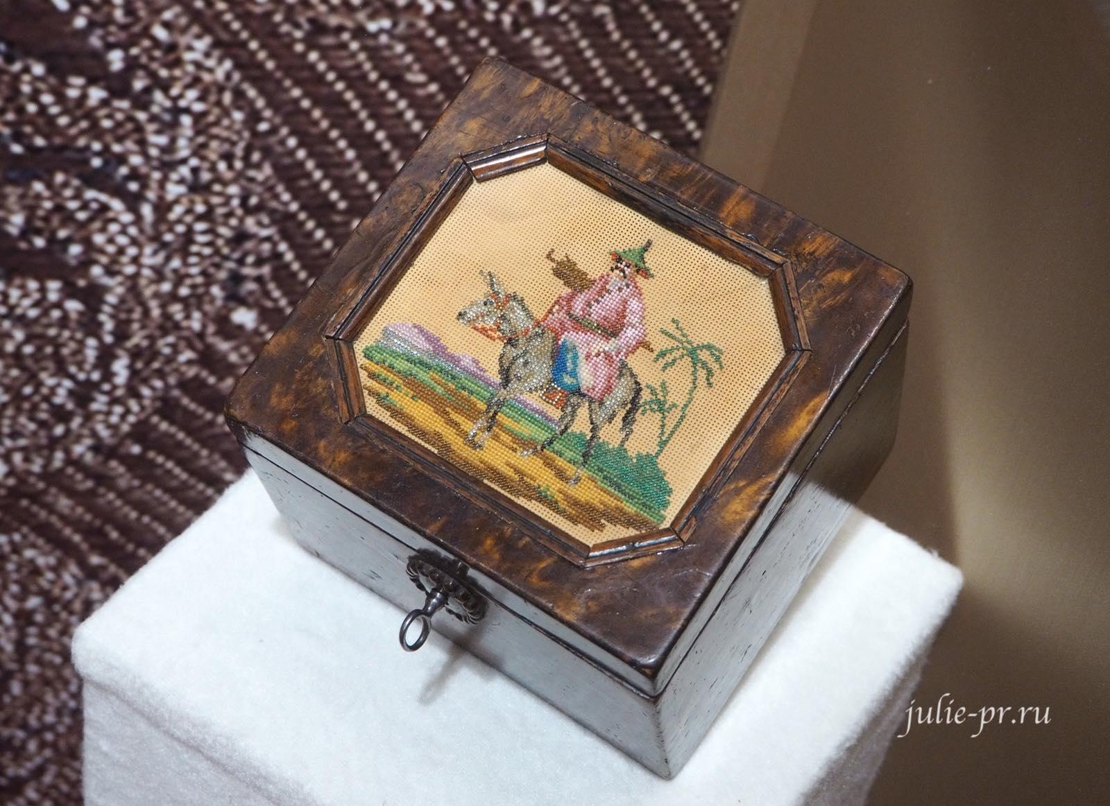 Чайная коробка (Россия, 1820 — 1830-е гг.): вышивка бисером по перфорированной бумаге