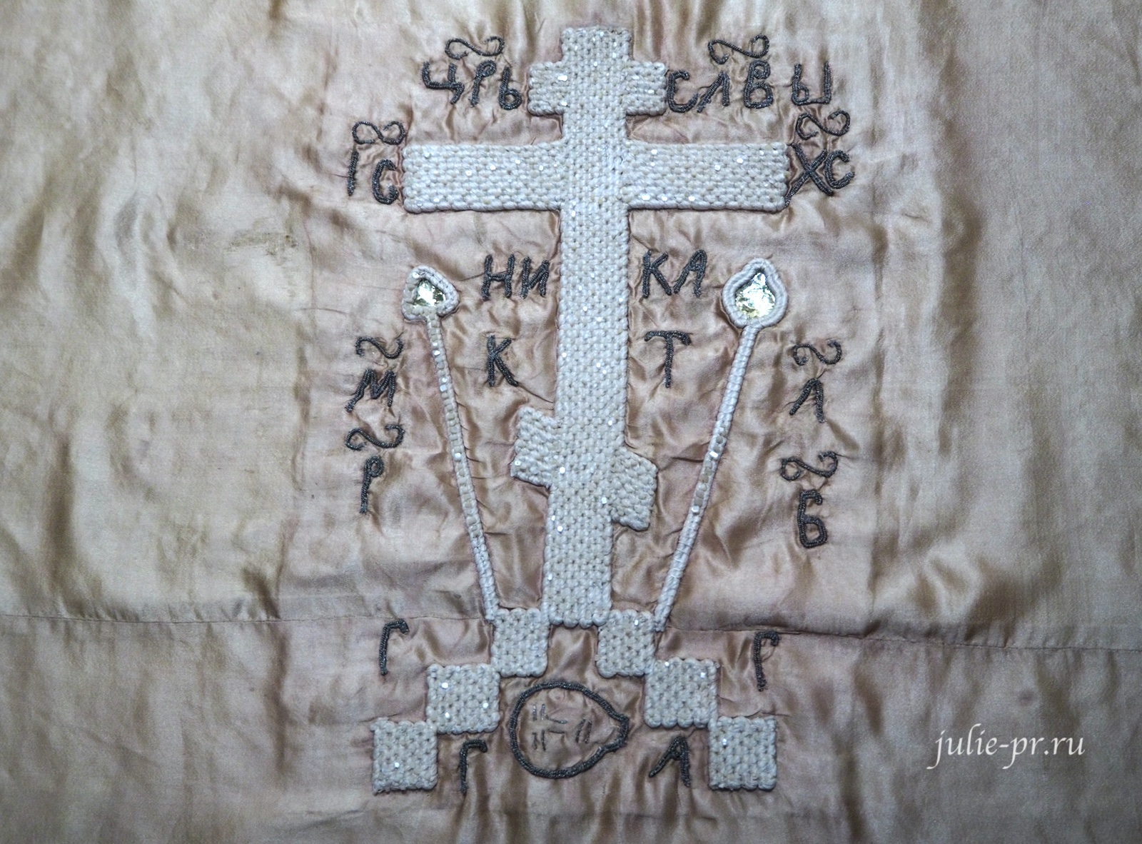 """Пелена """"Голгофский крест"""" (Русский Север, начало XVIII века): вышивка шёлковыми и золотными нитями и перламутров по атласу"""