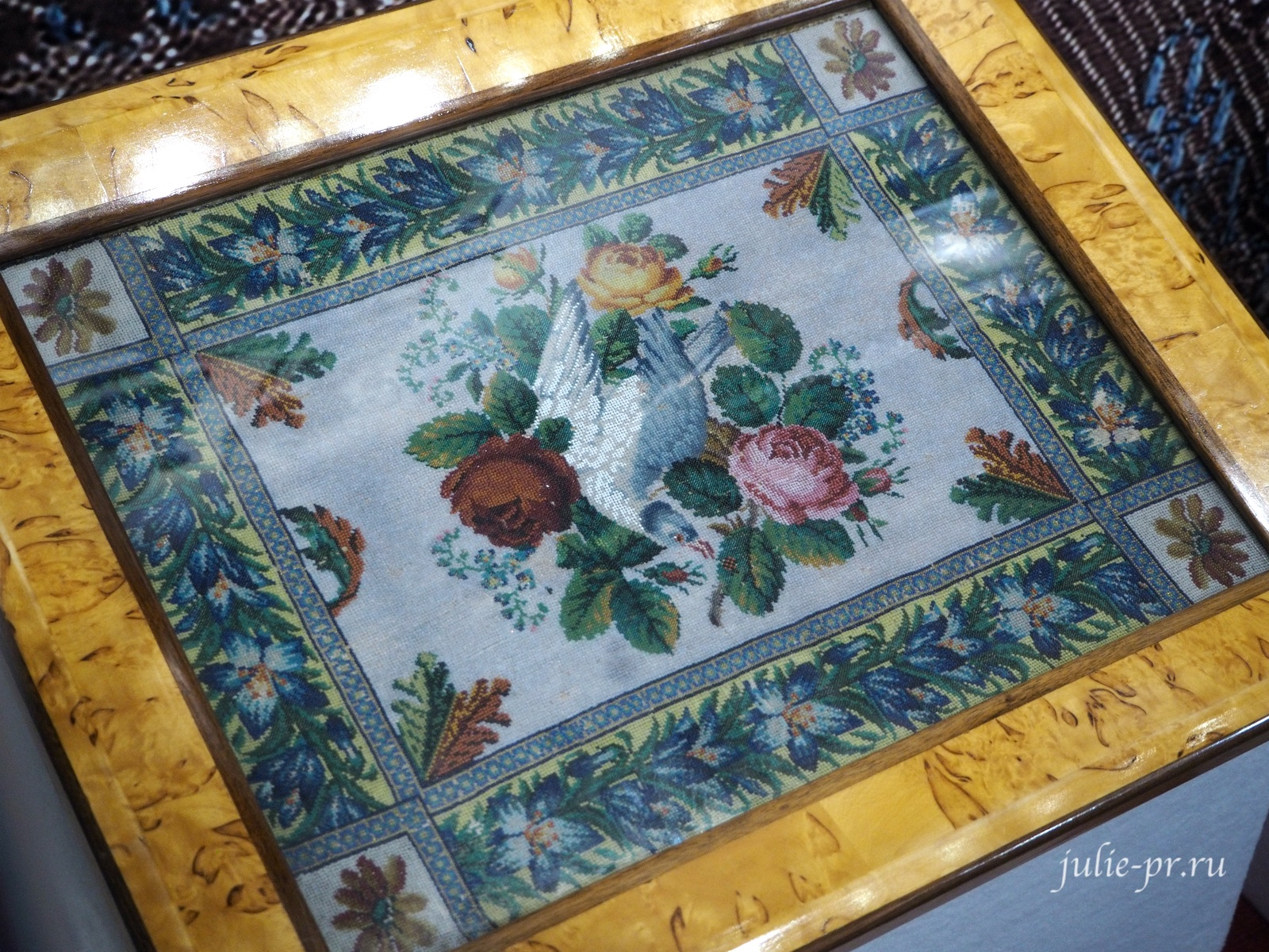 Вставка в столик для рукоделия (Россия, 1800 — 1820-е гг.): вышивка бисером