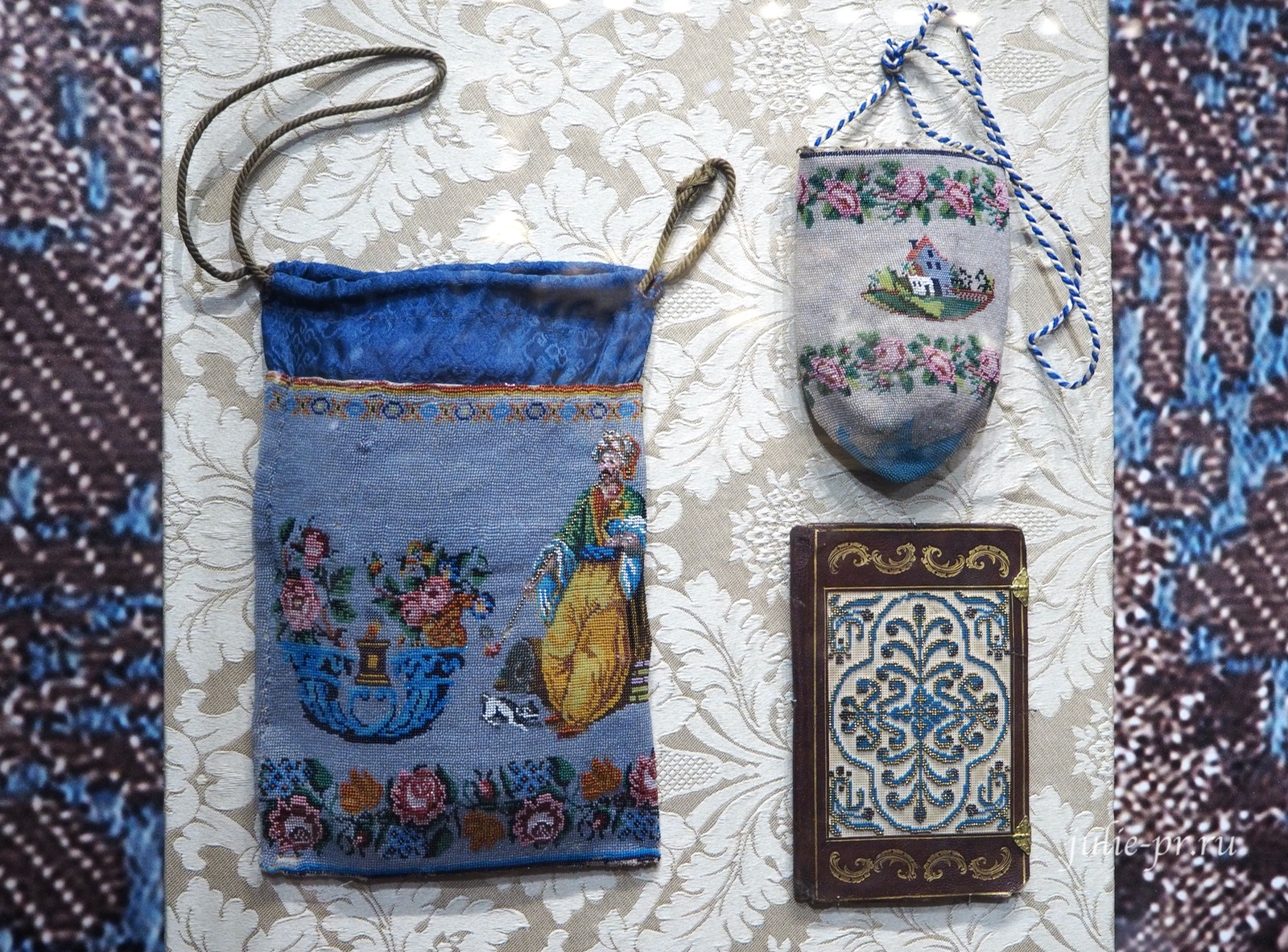 Сумочки (вышивка и вязание с бисером) и бумажник (вышивка бисером по перфорированной бумаге). Россия, первая половина XIX века