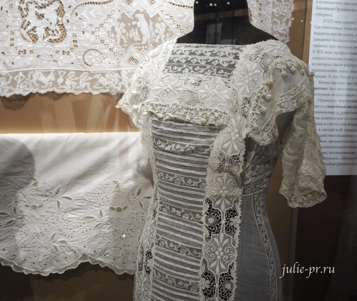 Платье (Россия, конец XIX века): кружево, вышивка гладью