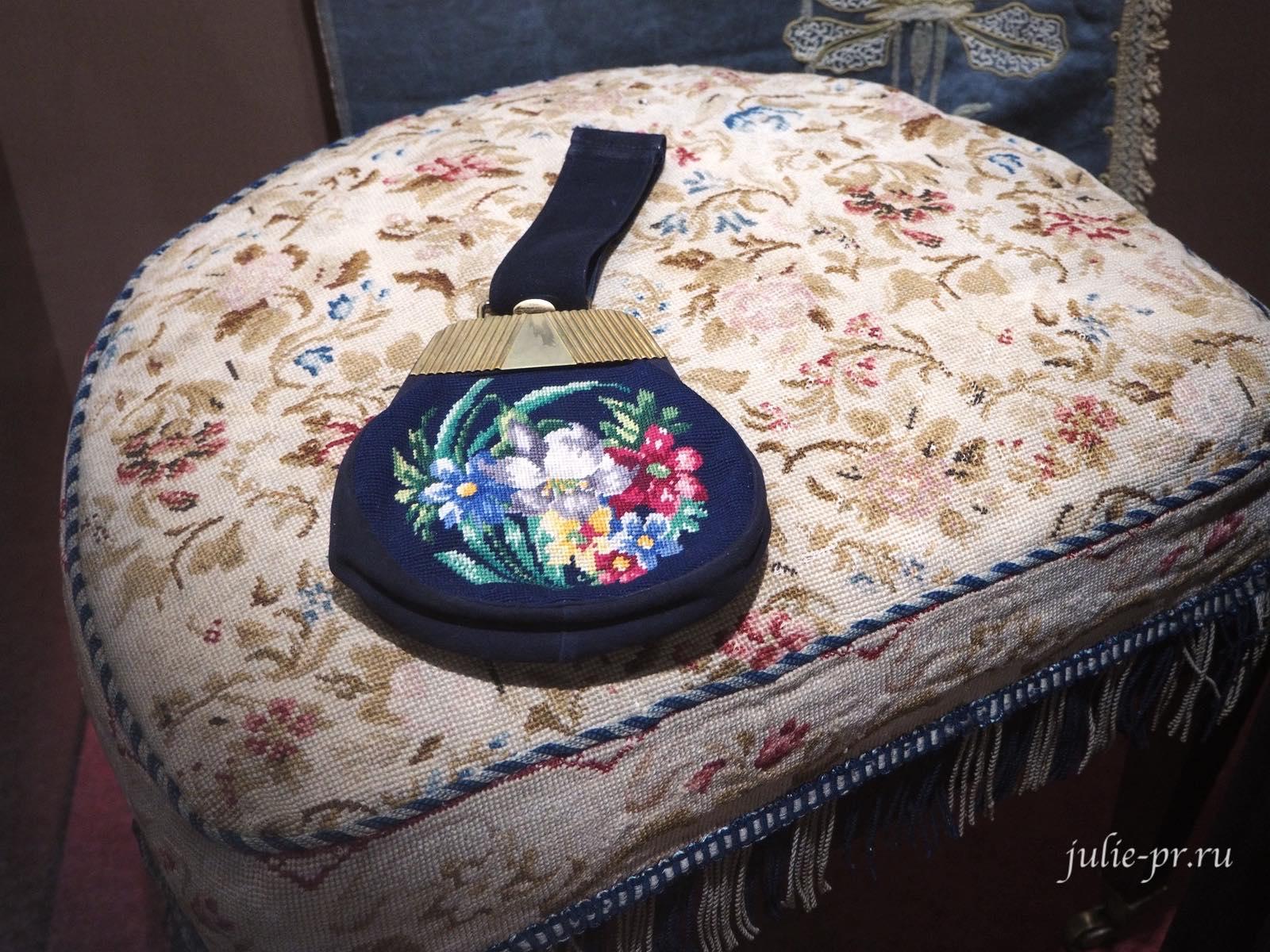 Пуф (первая половина XIX века) и сумочка (1950-е годы): вышивка крестом, прикладная вышивка