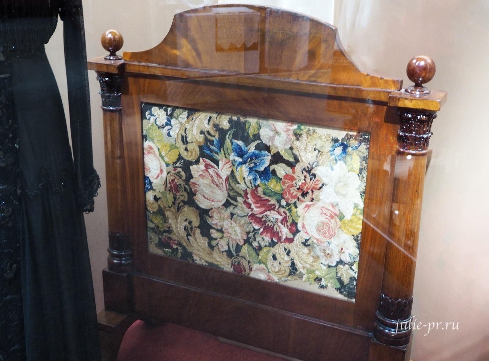 Экран каминный (Россия, вторая половина XIX века): вышивка крестом шерстяными нитками по канве