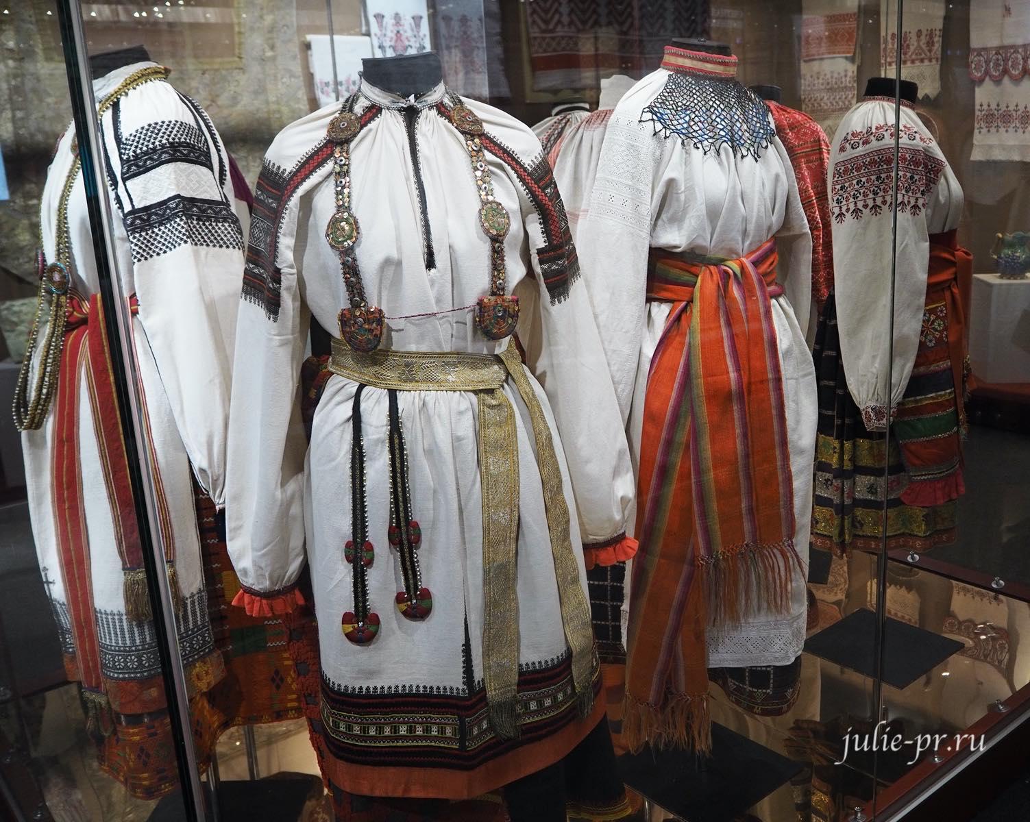Женские народные костюмы, вышивка