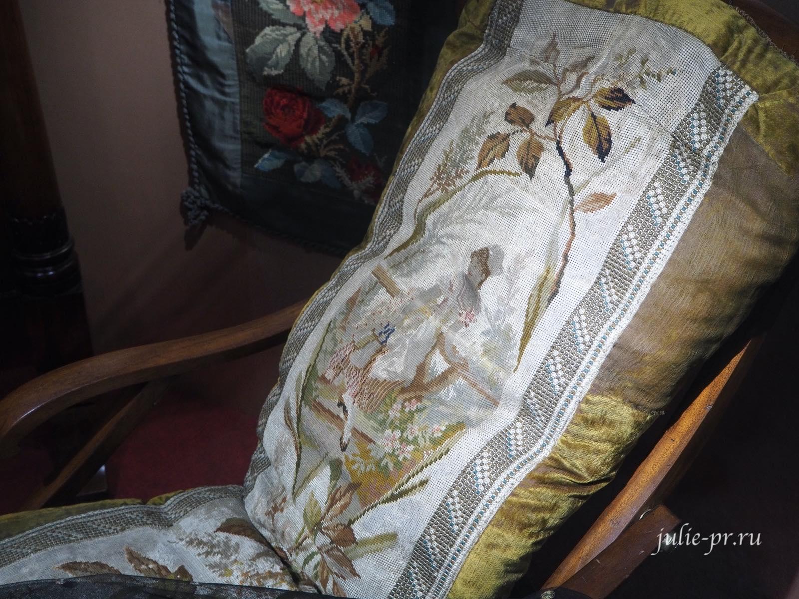Кресло из красного дерева (Россия, вторая половина XIX века): вышивка полукрестом, штопальным швом по канве