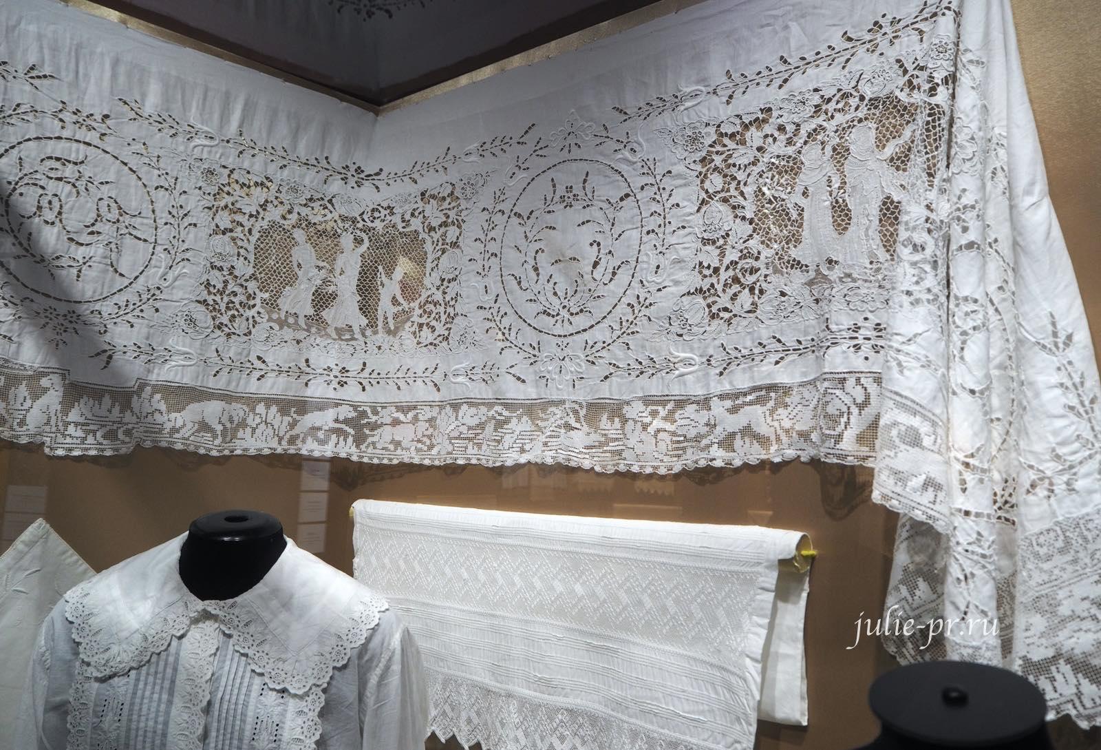 Свадебный постельный комплект, подзор (Москва, конец XIX века), Батист, игольное кружево; вышивка белой английской гладью, строчевая по филейной сетке