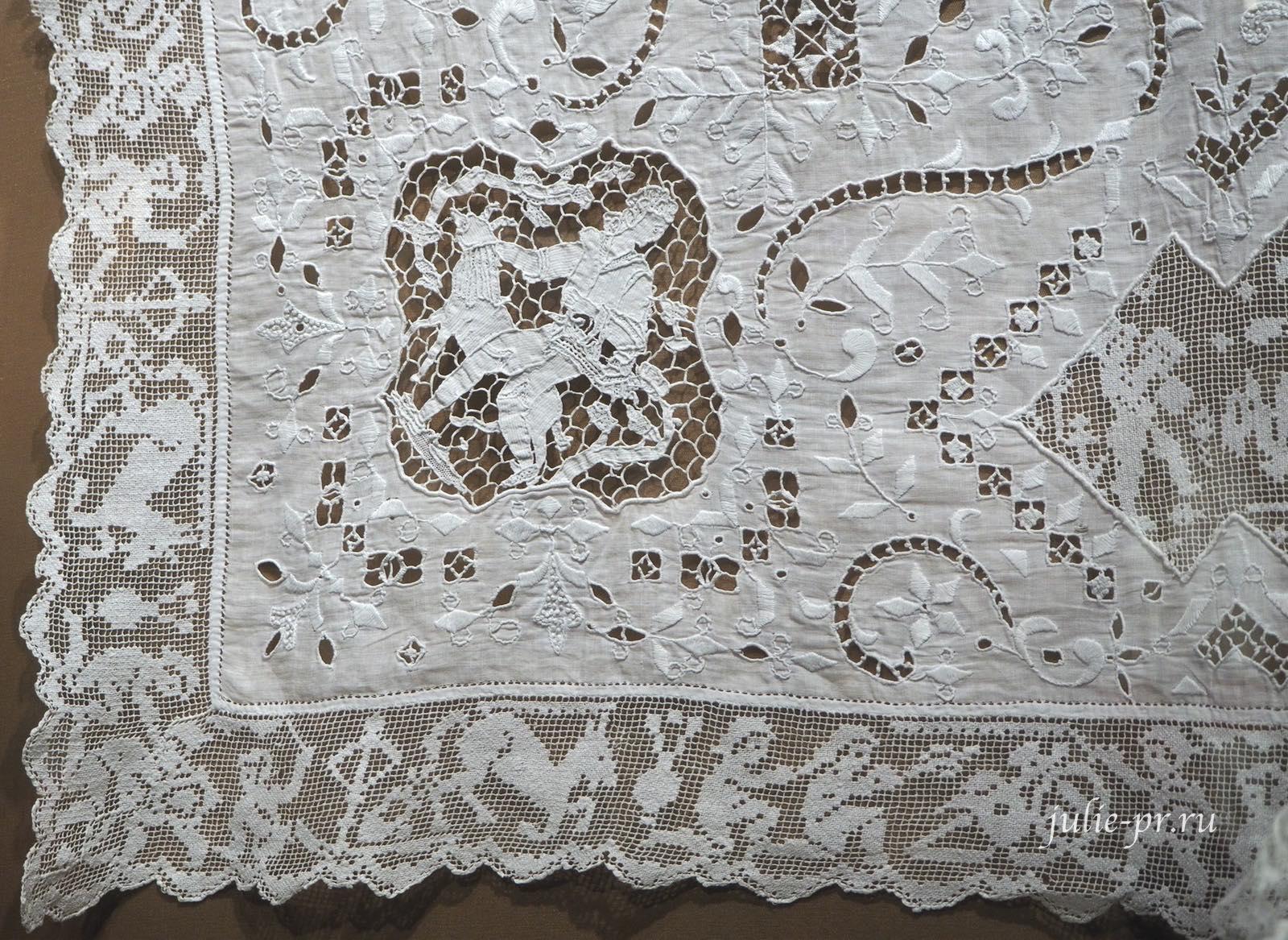 Свадебный постельный комплект, накидка на подушку (Москва, конец XIX века), Батист, игольное кружево; вышивка белой английской гладью, строчевая по филейной сетке