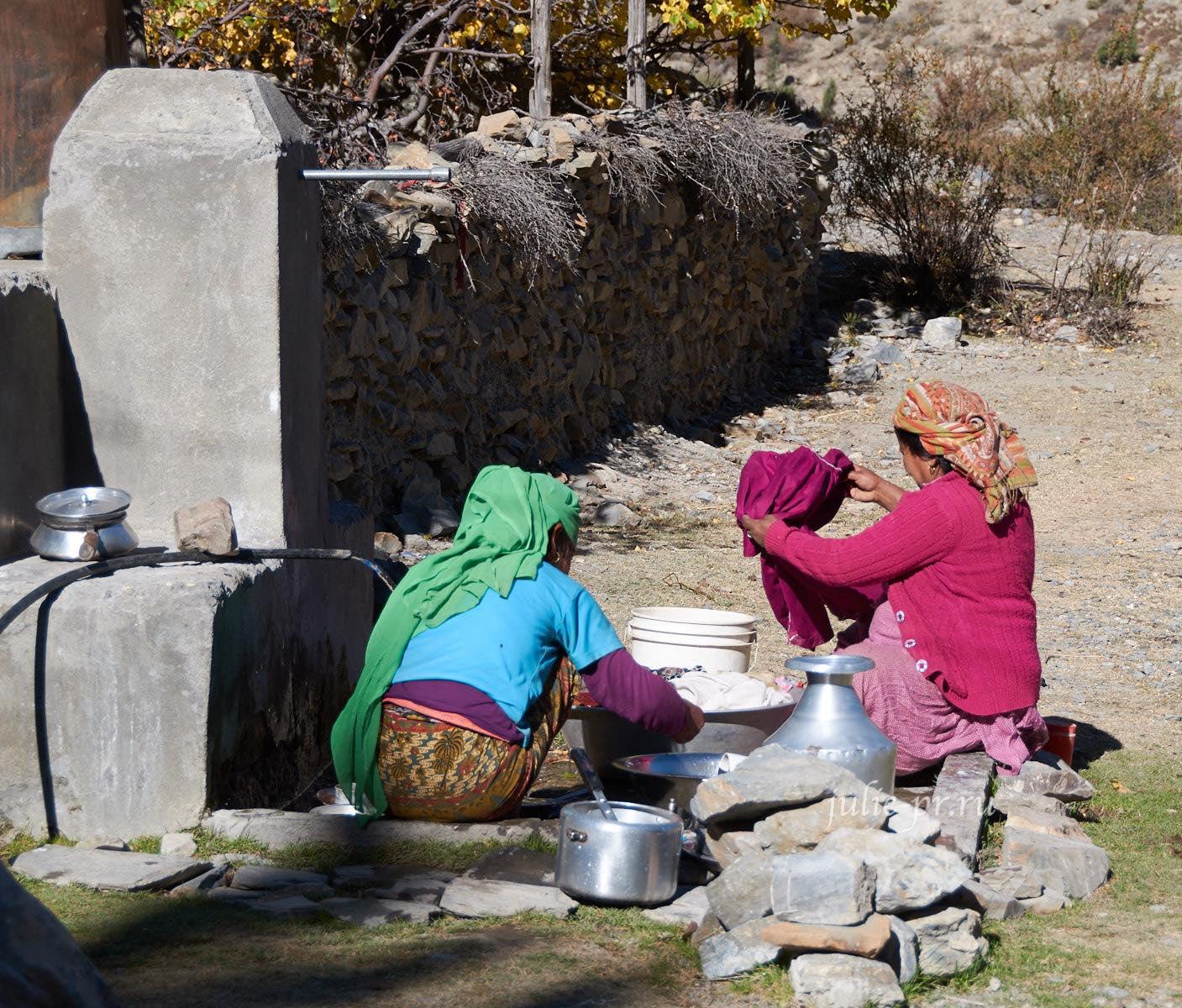 Непал, Трек вокруг Аннапурны, Женщины стирают