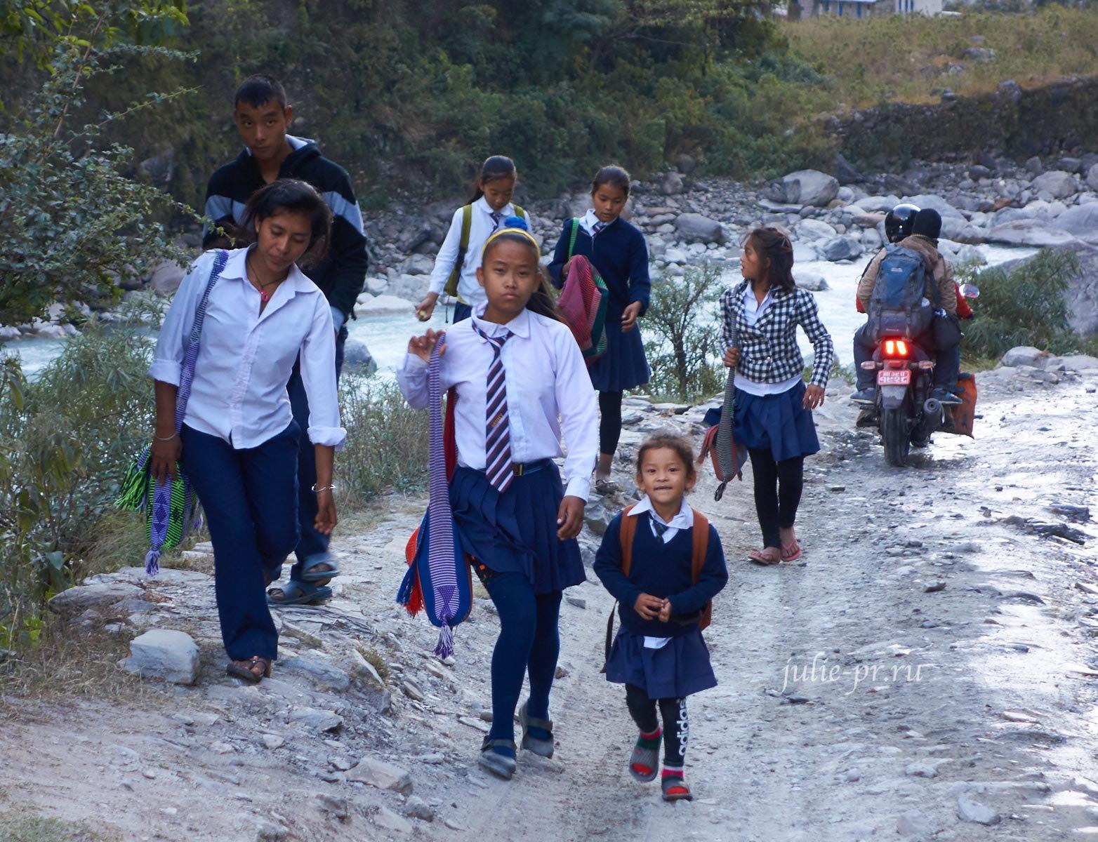 Непал, Татопани, Школьники