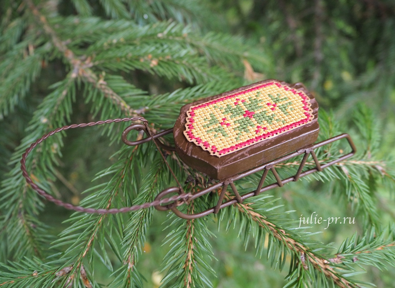 деревянные санки с вышивкой, саночки, Small Sled Ornament, Quaker Sleds, Foxwood Crossings, вышивка крестом, елочная игрушка, вышивка на перфорированной бумаге Mill hill, Darice