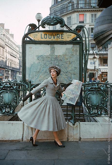 Mark Shaw для журнала Life в 1957 году у станции метро Louvre в Париже, Платье от Christian Dior