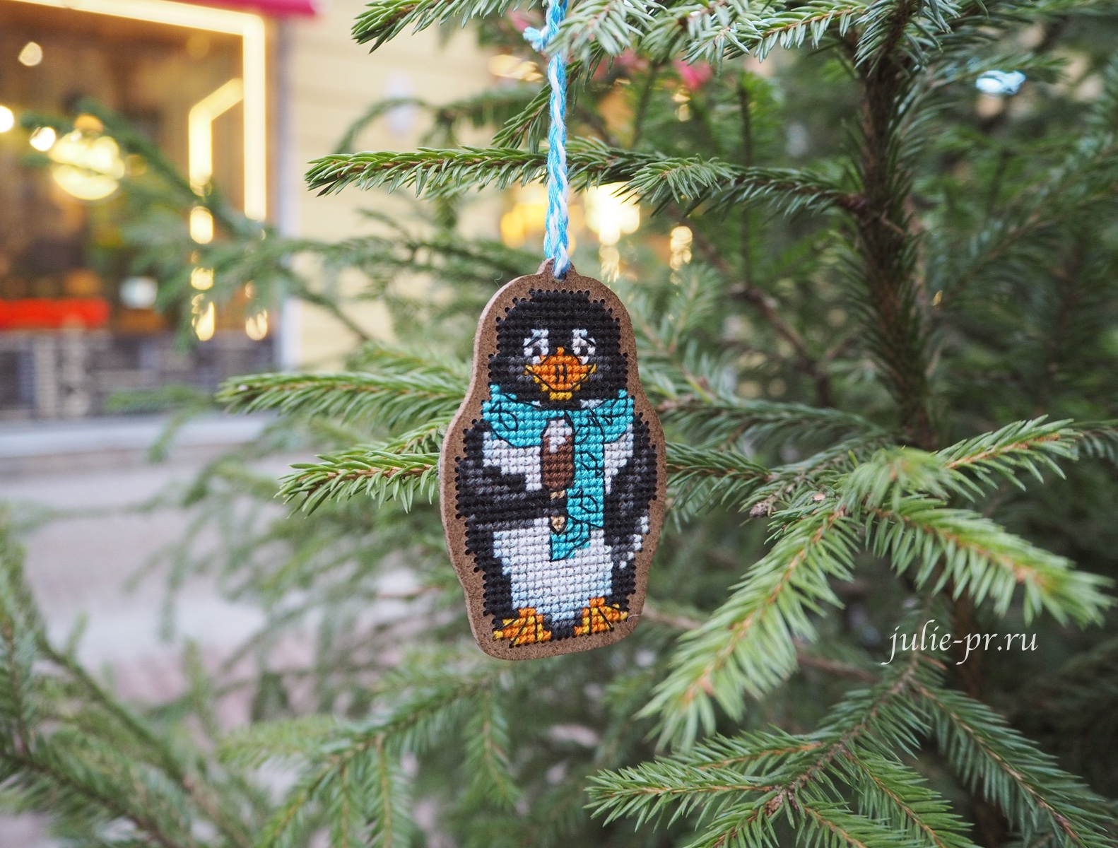 дивная вишня, вышивка крестом, пингвин, вышивка на дереве, деревянной основе, новогодняя игрушка