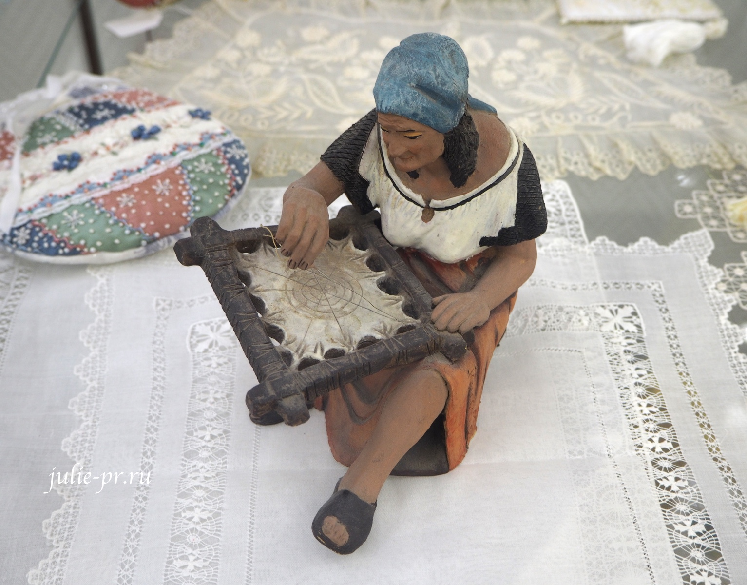 фигурка, статуэтка, вышивальщица