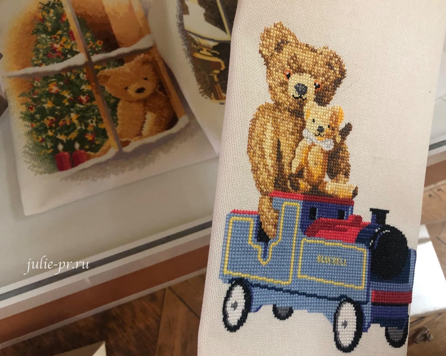 мишки Вильям и Лакки на паровозе, вышивка крестом, Heritage, John Clayton, выставка Грани Джона Клейтона