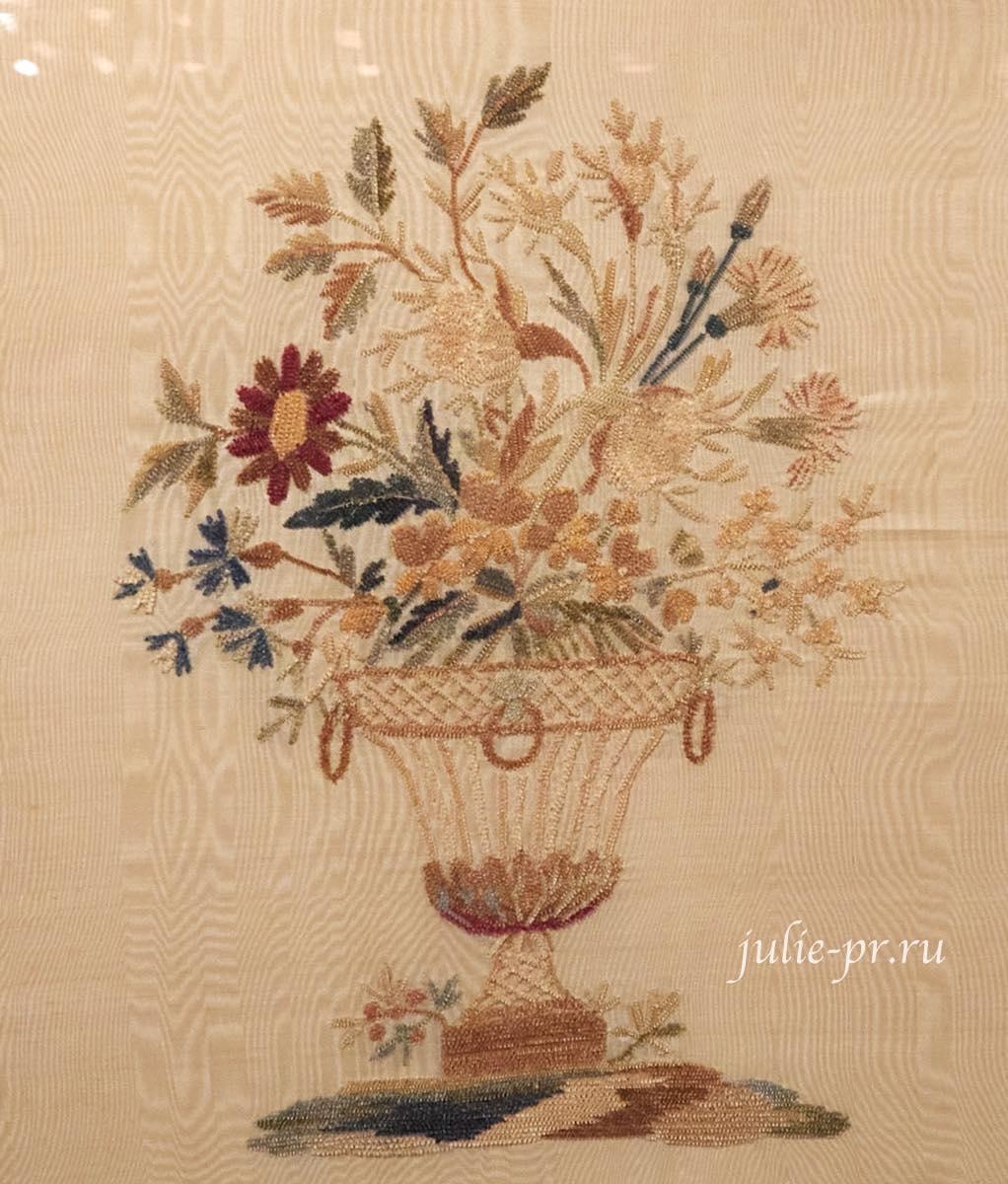 Букет в вазе, 1820-е гг, Франция, вышивка синелью по шёлковому муару, выставка Старинные вышивки