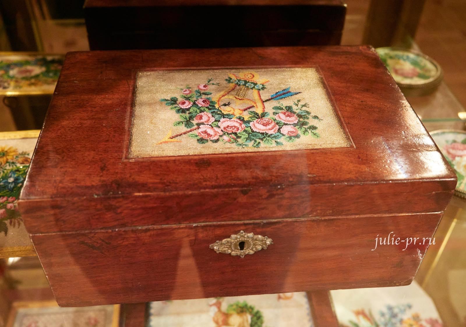 Шкатулка с вышивкой бисером «Стрела и Лира» в технике sable, середина XIX века, Россия, выставка Старинные вышивки