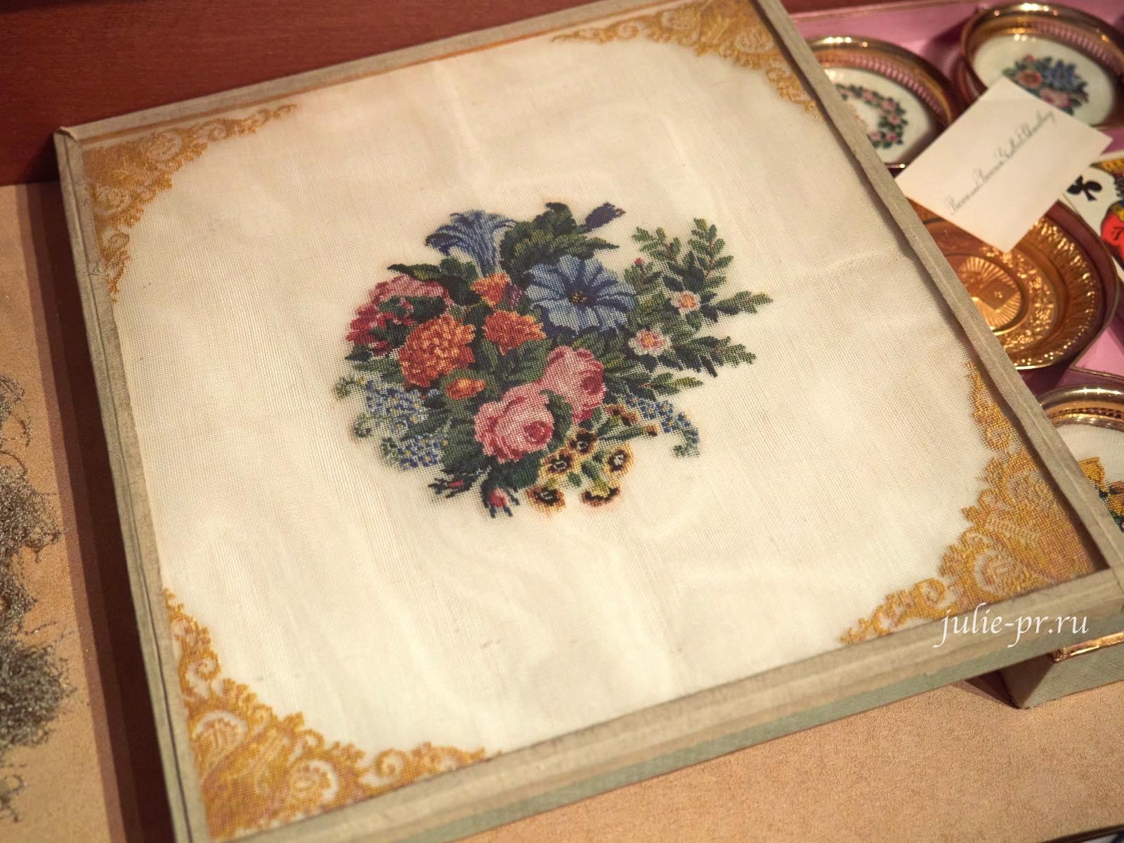 Набор для карточной игры, крышка коробки с вышивкой petit point, 1840-е гг, музей Тропинина, выставка Старинные вышивки