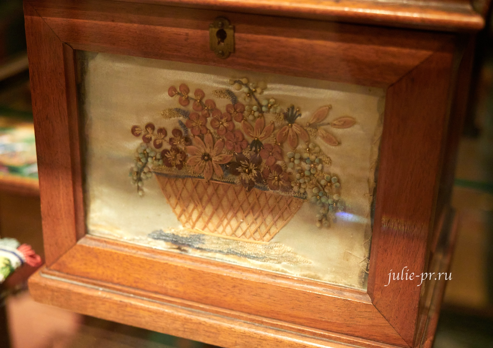Шкатулка «Два сердца» 1850-е г, Россия, вышивка по атласу шёлком, синелью, бисером и семенами овощей, музей Тропинина, выставка Старинные вышивки