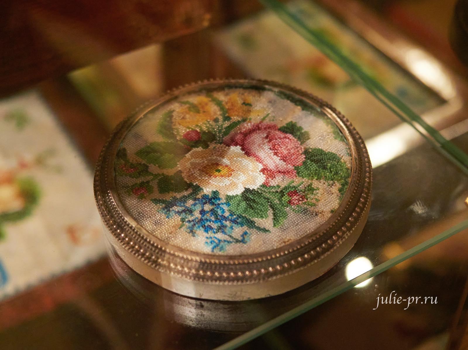 Композиция из роз, незабуток, маргариток, середина XIX века, Россия, вышивка бисером, выставка Старинные вышивки