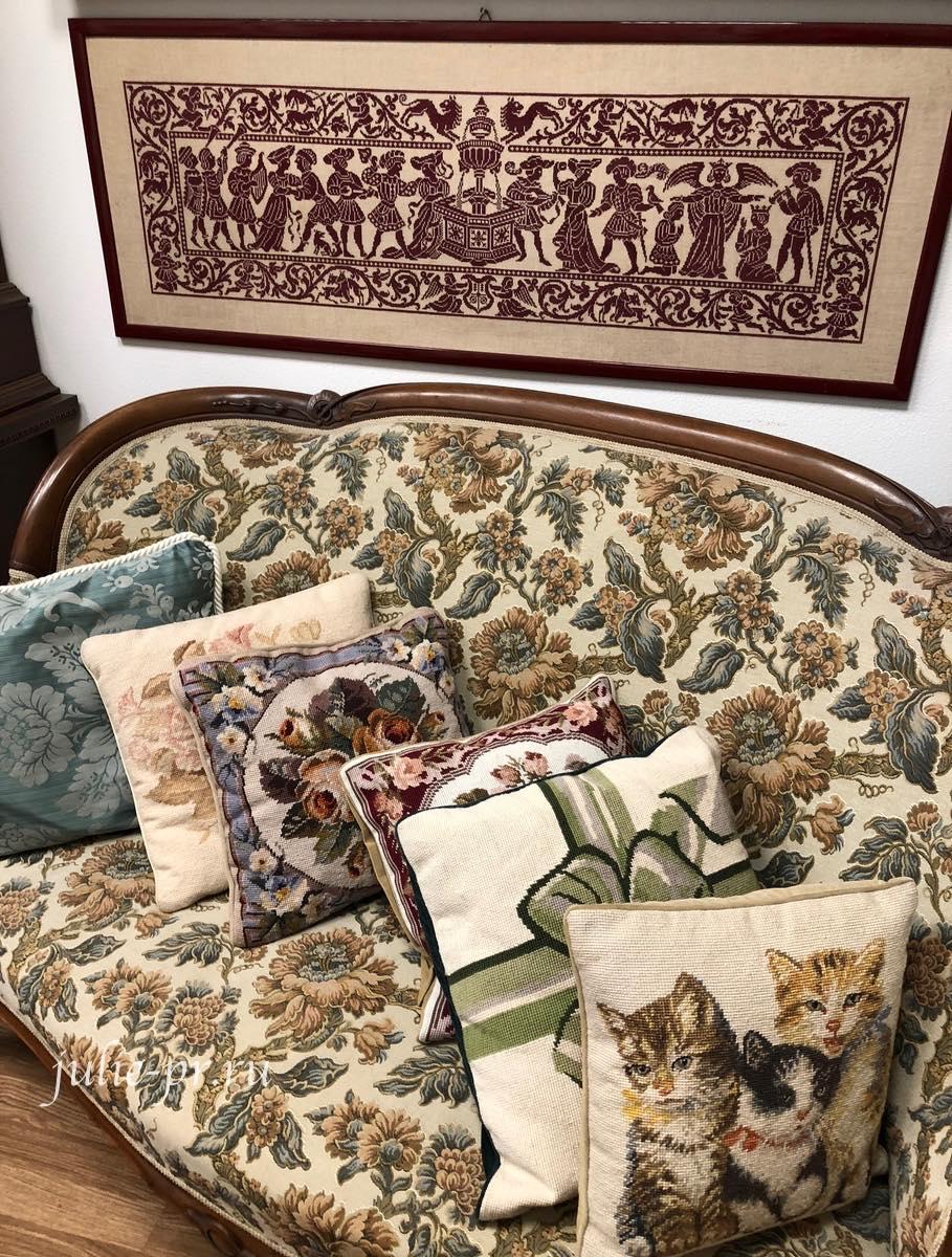 Рукодельный магазин Ricamo & Cucito, Флоренция, Италия, вышивка крестом, вышитый диван, подушки
