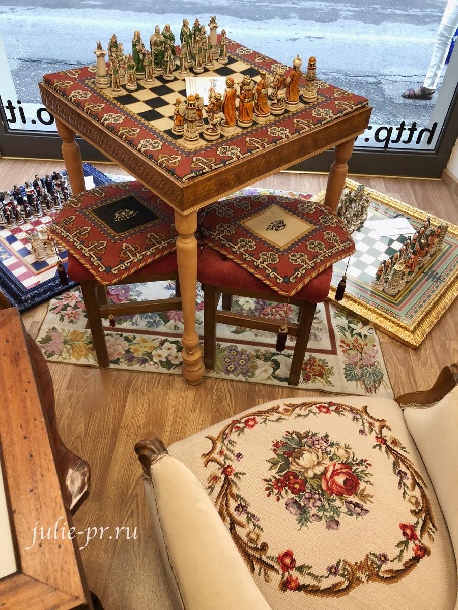Рукодельный магазин Ricamo & Cucito, Флоренция, Италия, вышивка крестом, вышитые кресла, вышитая шахматная доска